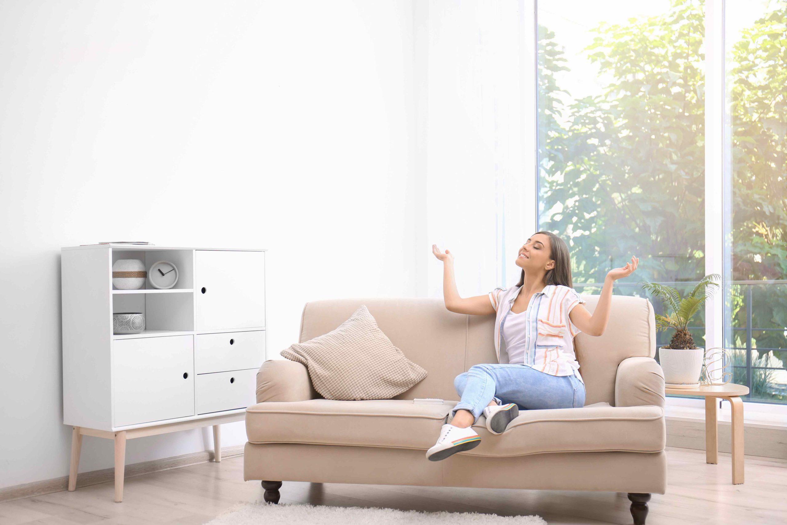 Une personne qui profite d'un air sain dans son logement