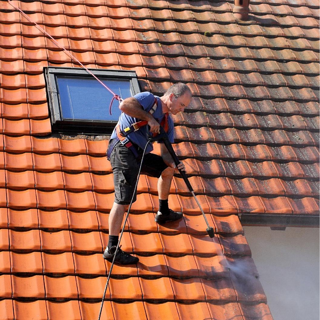 Rénovation d'une toiture par traitement hydrofuge